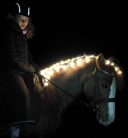 Reiterin mit Leuchtpferd